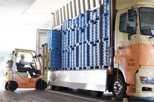 生産された製品の集荷、運搬の画像